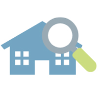 Ein blaues Haus mit acht Fenstern und einer Tür, über dem rechts, oben eine Lupe mit grünem Griff schwebt.